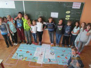 Pridne roke vedoželjnih četrtošolcev ustvarjajo dekoracijo za Zdravstveni dom Postojna